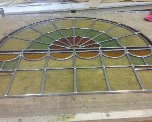 raam met veel verschillende vormen glas met toog project Staphorst